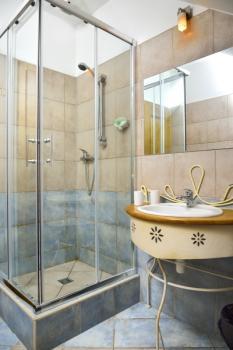 Pokojová koupelna v hotelu Via Ironia 1