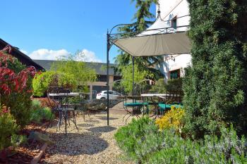 Venkovní terasa - restaurace VIA IRONIA 6