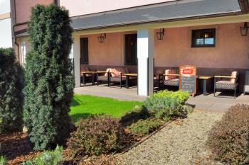 Venkovní terasa - restaurace VIA IRONIA 3